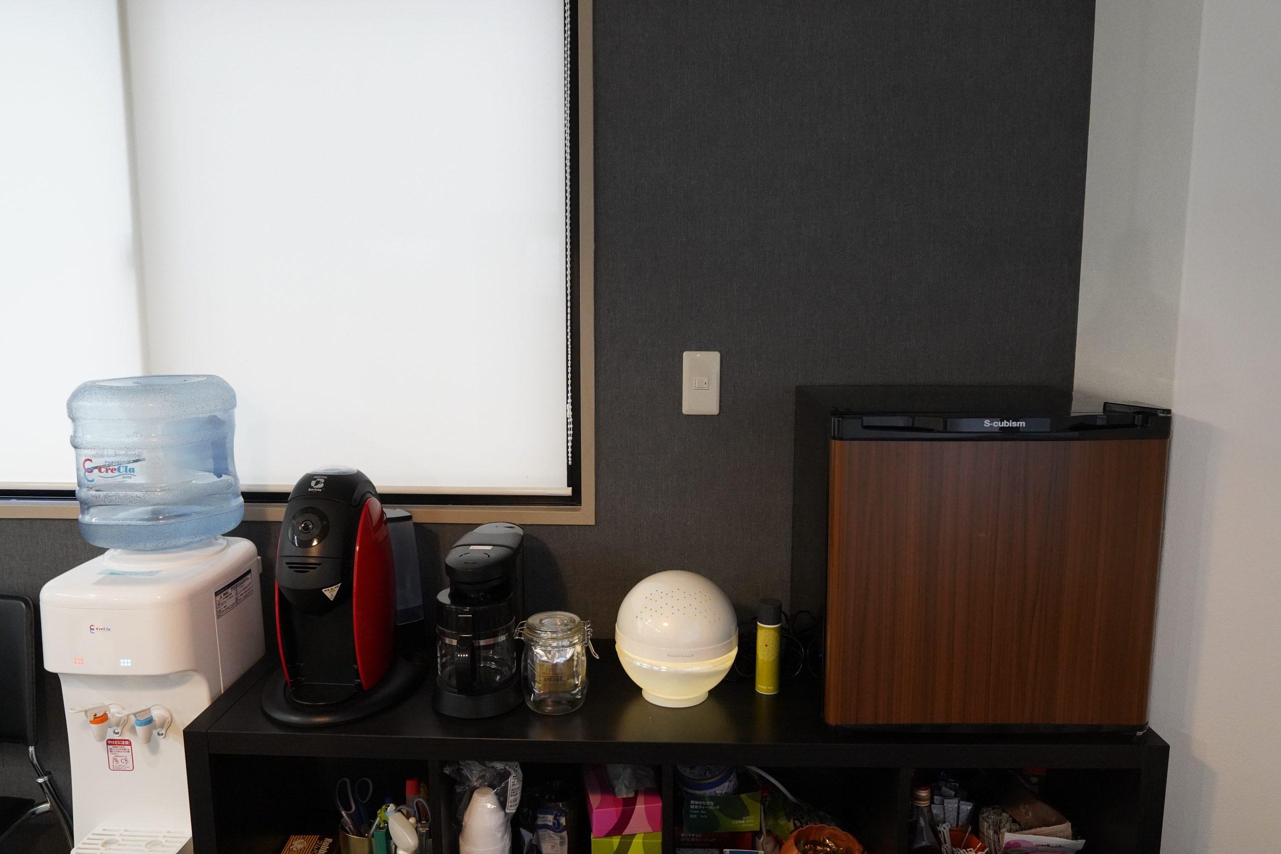左からウオーターサーバー(クリクラ)、コーヒーメーカー、空気清浄機(antibac2K)、冷蔵庫